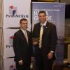 Arturo Miranda Castillo, Presidente de AAIP, recibe reconocimiento por 10 años de servicio excepcional en AMCHAM, por su presidente Aristides Chiriatti, el 6 oct. 2016